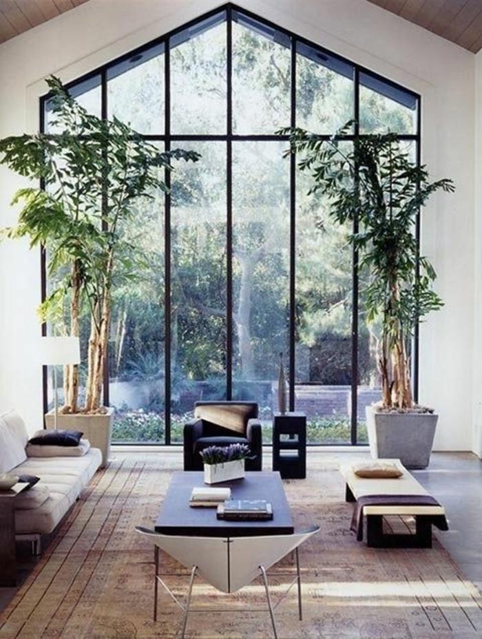 casa-minimalista-ventanas-grandes-arboles-de-decoración-techo-alto-espacioso-muebles-de-diseño