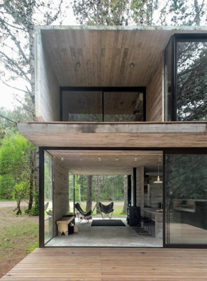 casas-bonitas-dos-plantas-casa-de-madera-ventanas-francesas-muebles-de-madera