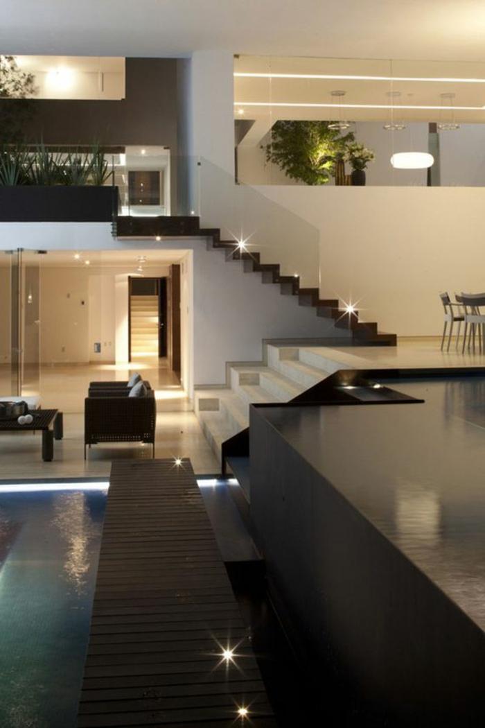 casas-bonitas-muebles-de-madera-dos-pisos-tonos-claros-piscina