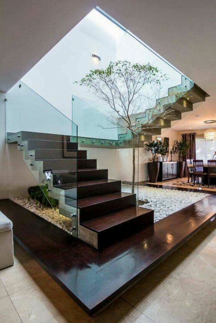 casas-minimalistas-diseño-interesante-arbol-en-la-casa-escalera-en-el-centro