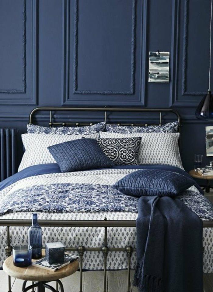 decoracion-de-dormitorio-en-azul-colchas-en-blanco-y-azul-pared-en-azul-oscuro