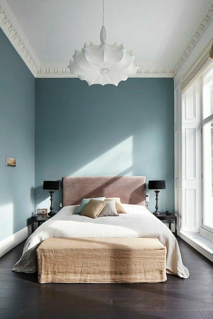 decoración-de-dormitorios-paredes-azules-cojines-cama-doble-lampara-de-diseño