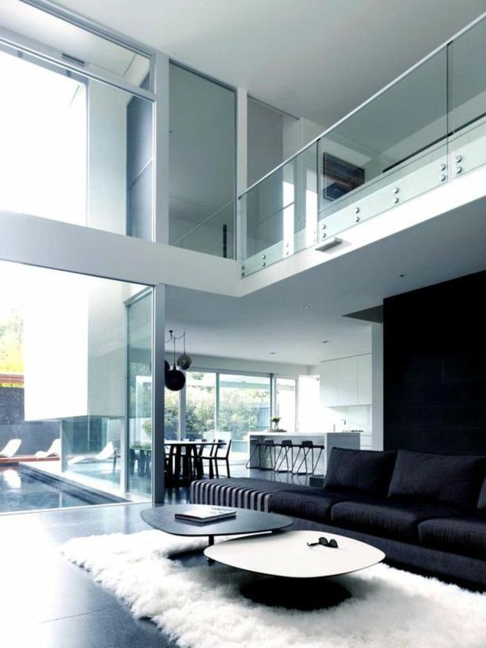 decoración-minimalista-tonos-claros-sofá-negro-dos-pisos-ventanas-francesas