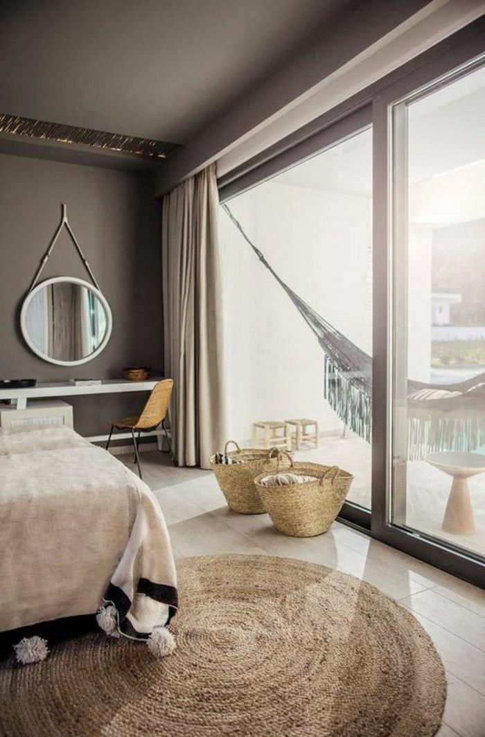 decoracion-de-dormitorios-colcha-rosa-ventanas-grandes-espejo-redondo-cestas-para-ropa