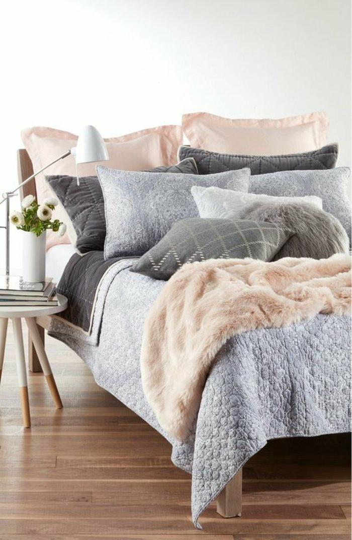 decoracion-de-dormitorios-cama-con-muchos-cojines-mesita-de-noche-de-diseño-flores