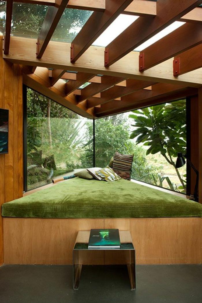 decoracion-minimalista-cama-triangulada-de-madera-ventanas-grandes-techo-de-vidrio-y-madera