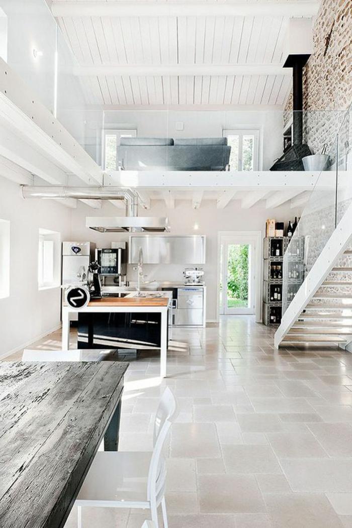 decoracion-minimalista-casa-grande-en-blanco-mesa-de-madera-dos-pisos-sala-de-estar-chimenea