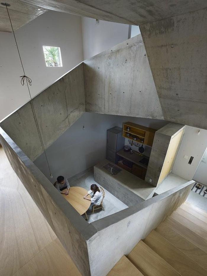 decoracion-minimalista-dos-pisos-mesa-de-madera-tonos-grises-pequeñas-ventanas