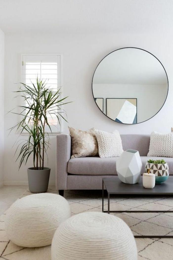 decoracion-minimalista-espejo-redondo-sofa-gris-taburetes-mesa-de-metal-negra