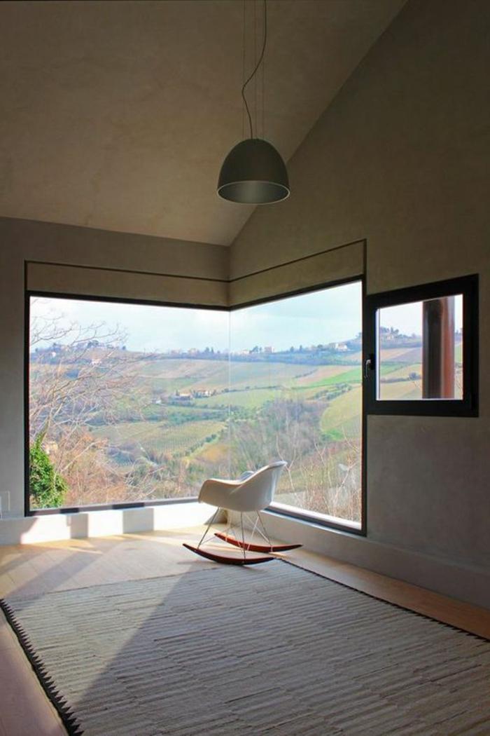 decoracion-minimalista-ventana-grande-silla-en-el-rincon-alfombra-gris-lampara-colgante