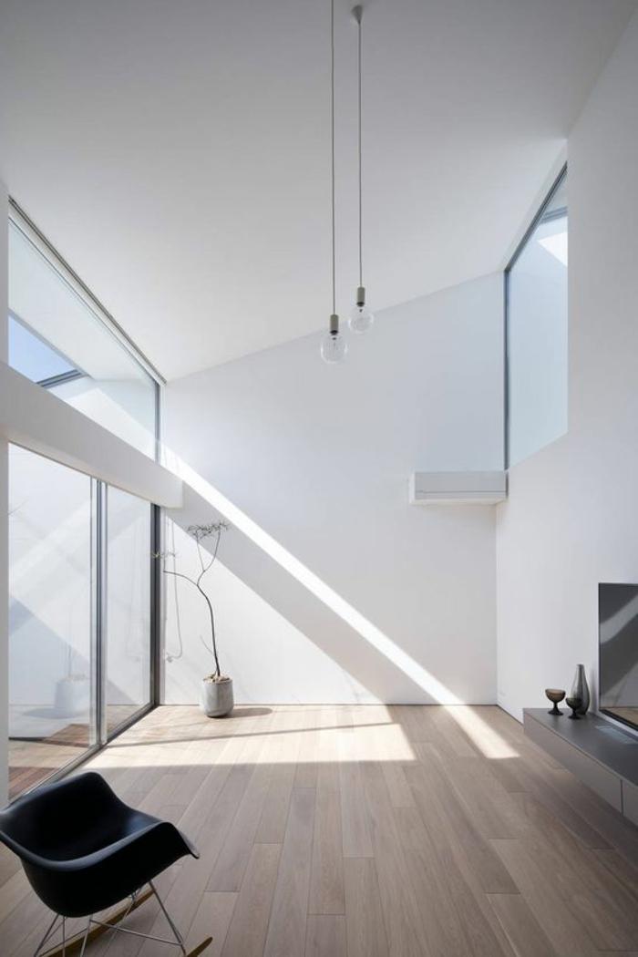 decoracion-minimalista-ventanas francesas-paredes-blancas-habiración-grande-silla