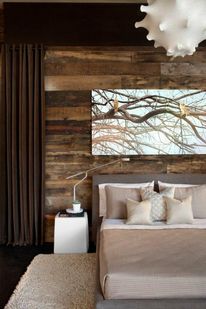 dormitorio-de-matrimonio-pared-de-madera-cortinas-marrones-colores-naturales-grande-cuadro