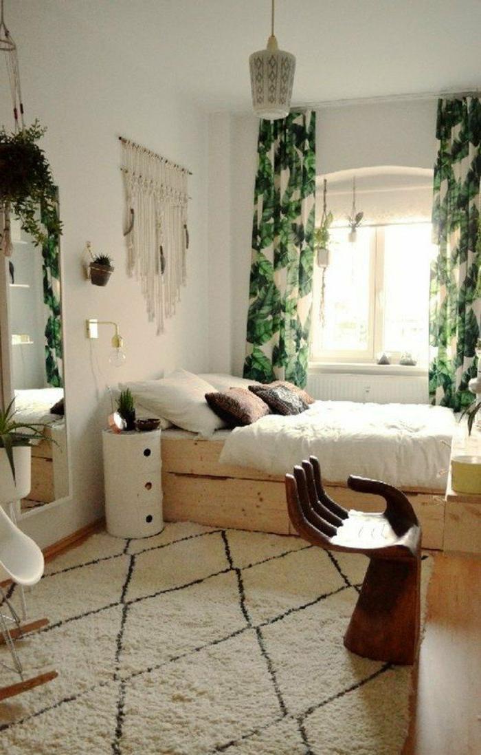 dormitorios-de-matrimonio-cama-de-madera-cortinas-verdes-espejo-grande-paredes-blancos-cojines
