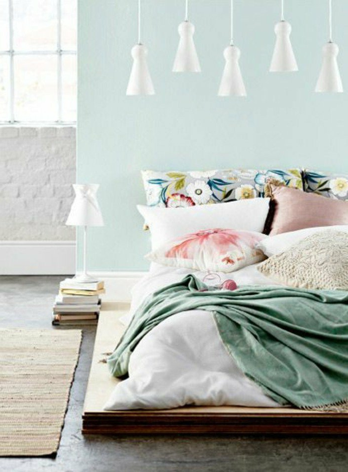 dormitorios-de-matrimonio-colores-pasteles-manta-verde-cojines-de flores-pared-verde