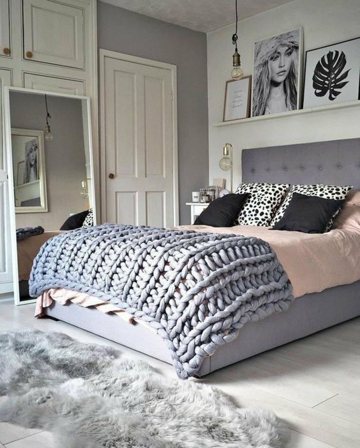 dormitorios-de-matrimonio-manta-tejida-azul-tonos-grises-espejo-grande-cuadros-de-decoración