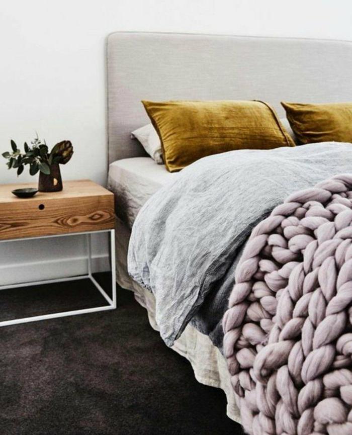 dormitorios-matrimonio-manta-tejida-cojines-verdes-flor-para-decoracion