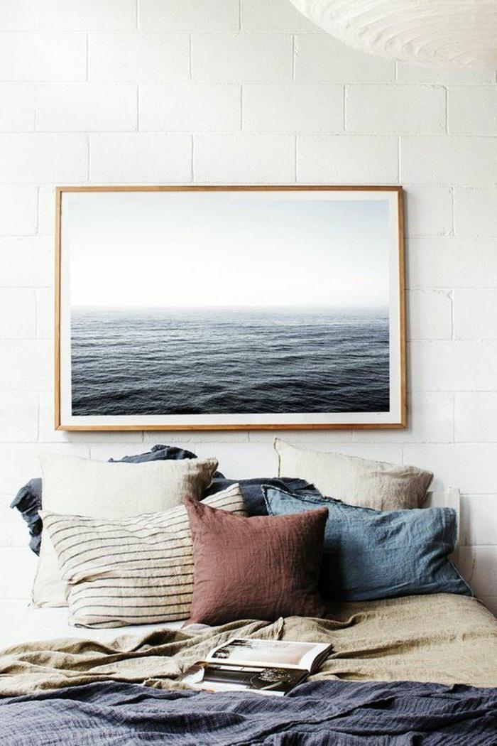 dormitorios-matrimonio-mantas-de-colores-cuadro-del-mar-en-la-pared