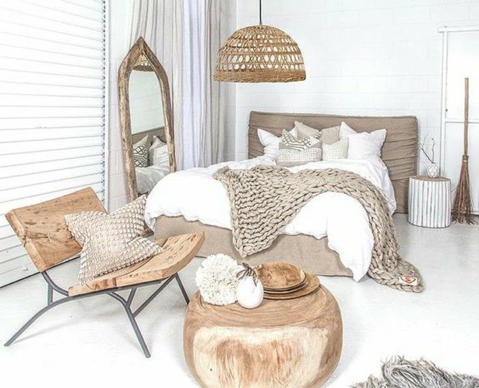 dormitorios-matrimonio-modernos-tonos-naturales-silla-de-madera-manta-tejida-espejo-grande