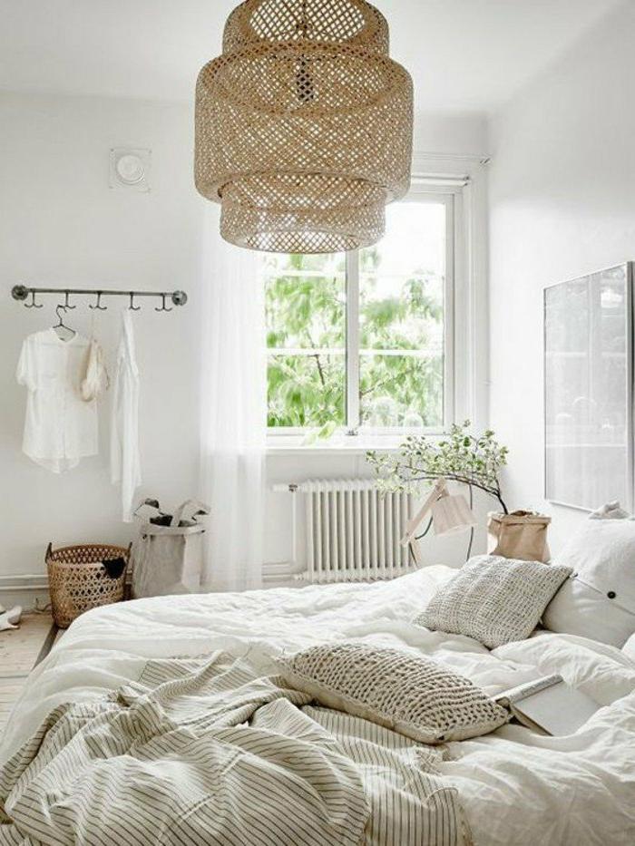 dormitorios-matrimonio-muy-acogedor-colores-naturales-plantas-cojines-cesta-para-ropa-sucia