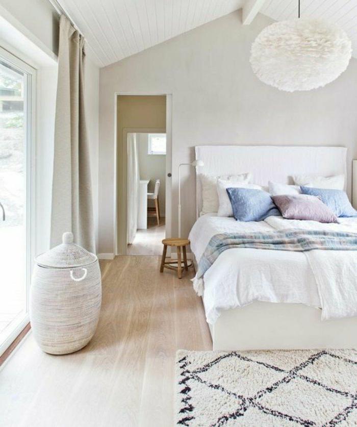 dormitorios-modernos-cama-en-blanco-cojines-de-color-ventanas-grandes