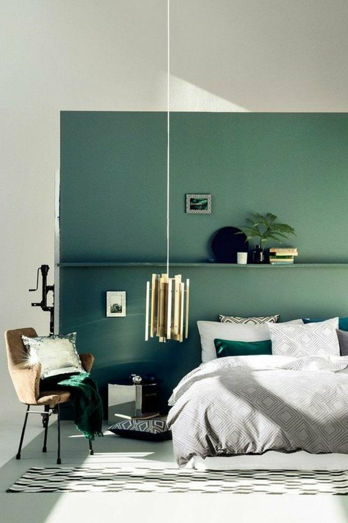 dormitorios-modernos-cama-en-gris-pared-en-verde-silla-marrón-cojines-de-decoracion