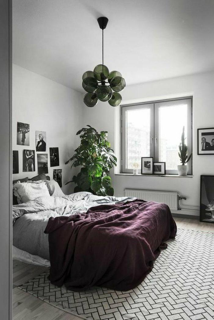 dormitorios-modernos-colores-gris-y-blanco-manta-violeta-planta-de-decoracion-fotos-en-las-paredes