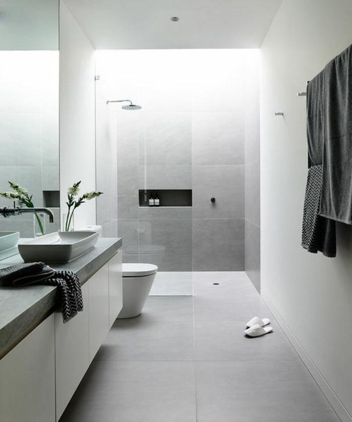 fachadas-modernas-baño-en-gris-casa-de-estilo-modernista-toallas-gris