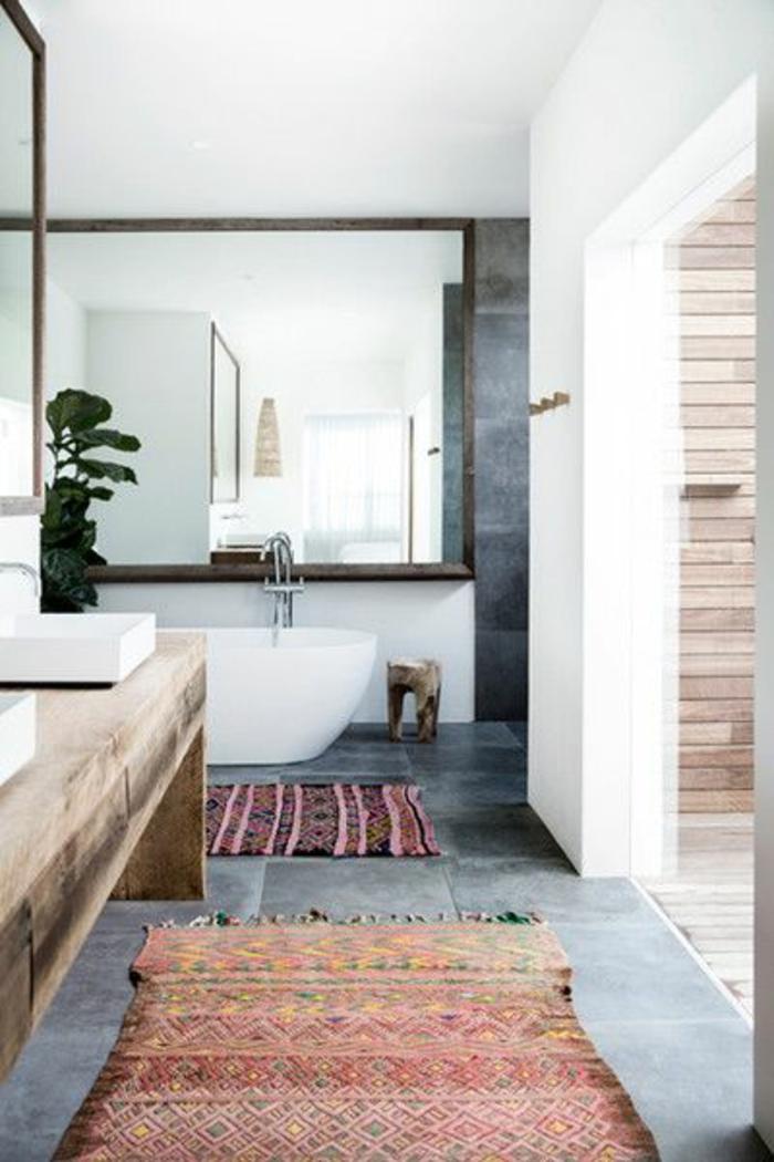 fachadas-modernas-baño-minimalista-espejo-grande-tonos-grises-y-blancos-suelo-de-azulejos