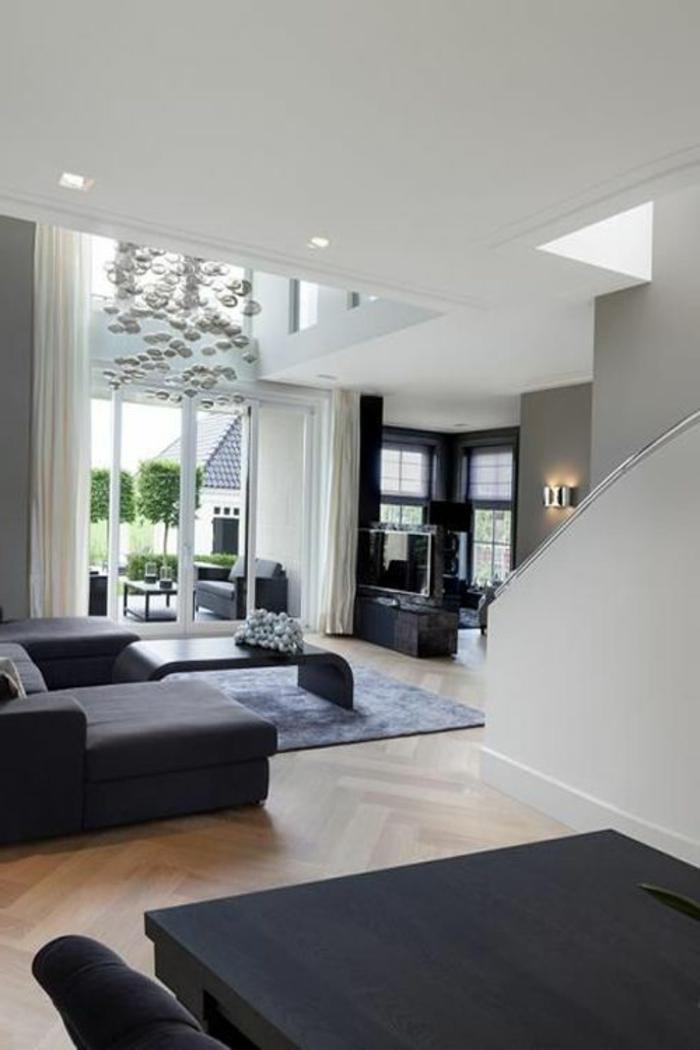 fachadas-modernas-sofá-negro-mesa-de-madera-tonos-oscuros-y-claros-ventanas-francesas