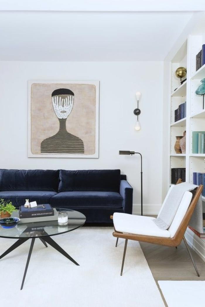 fachadas-modernas-sofa-azul-sillon-de-madera-mesita-baja-de-vidrio-cuadro-modernista