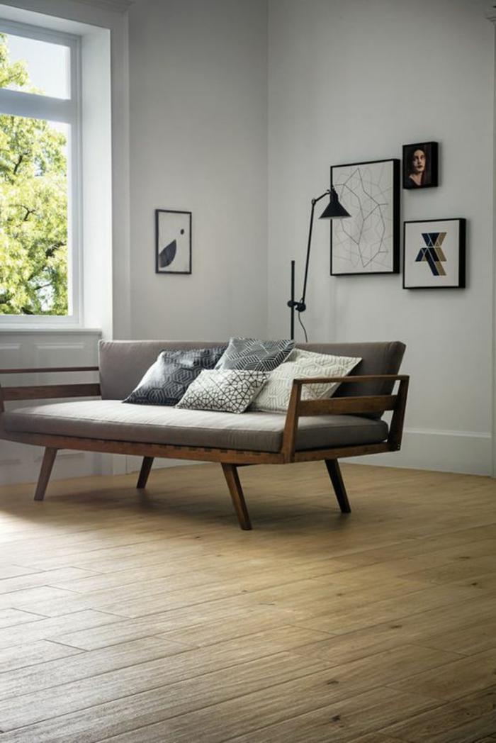 fachadas-modernas-sofa-de-madera-gris-cojines-cuadros-interesantes-suelo-de-madera