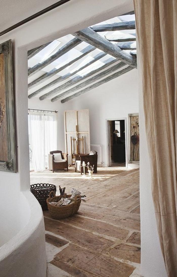 fachadas-modernas-suelo-de-madera-paredes-blancas-dos-sillas-tonos-naturales