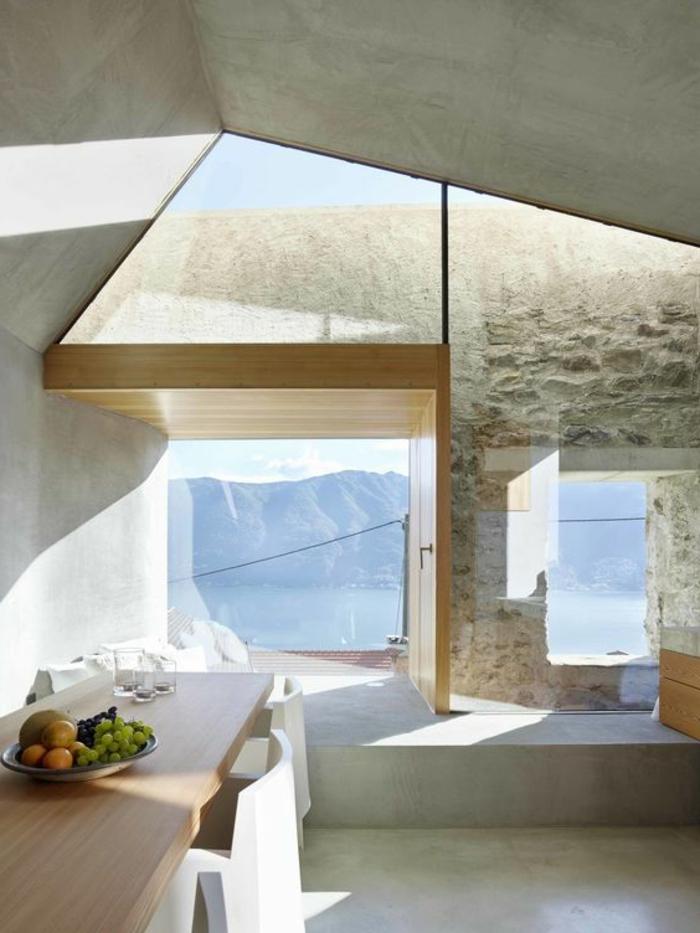 fachadas-modernas-ventanas-grandes-mesa-de-madera-sillas-blancas-tonos-grises