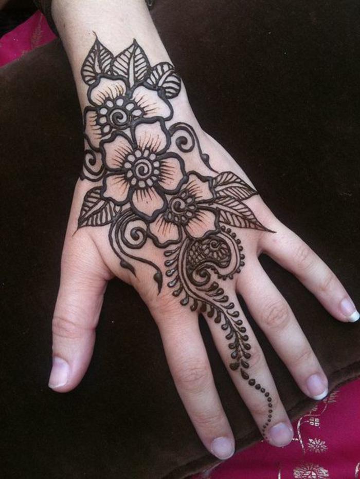 lindo-dibujo-tatuaje-henna-para-mujer-flores-henna-marrón