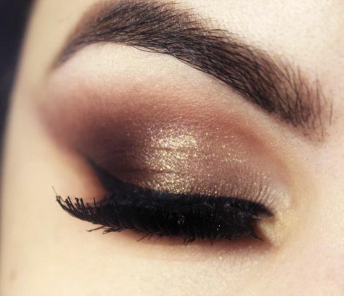 ojos-ahumados-cerrados-con-lápiz-de-ojos-negro-purpurina-tonos-naturales