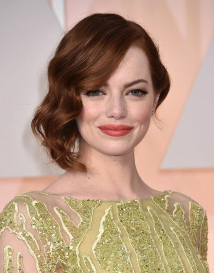 peinado-para-pelo-corto-cobrizo-ondulado-al-lado-mujer-con-ojos-azules-vestido-verde