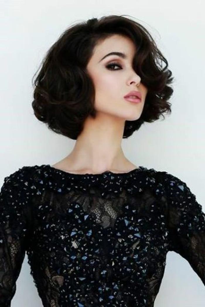 peinado-pelo-rizado-negro-ondulado-raya-al-lado-maquillaje-ojos-ahumados
