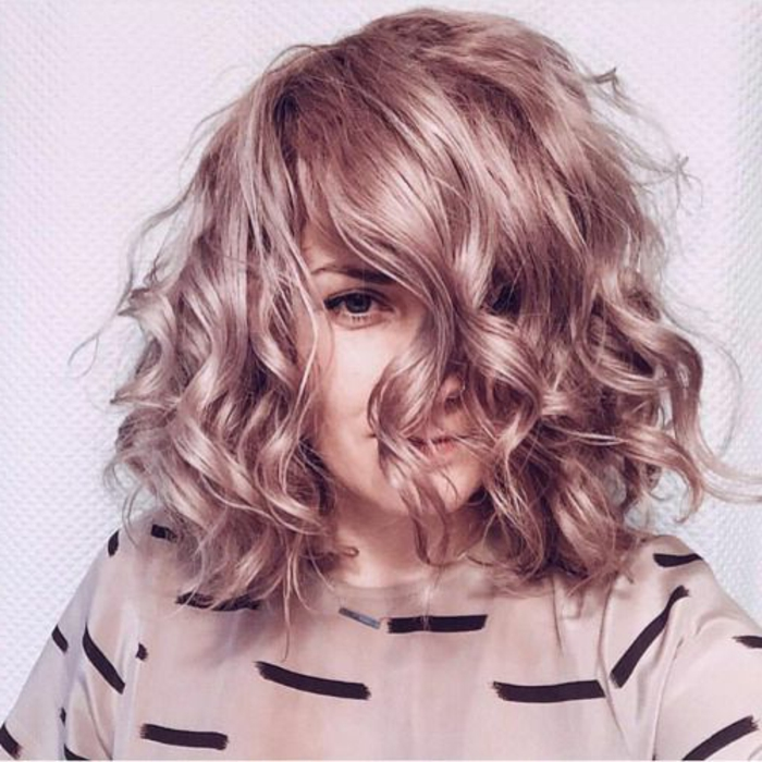 peinado-pelo-rizado-rubio-rizado-corto-ojos-azules-mujer-bella