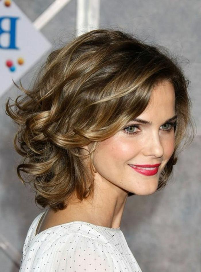 peinados-para-pelo-corto-bella-mujer-con-pelo-rizado-mechones-rubios