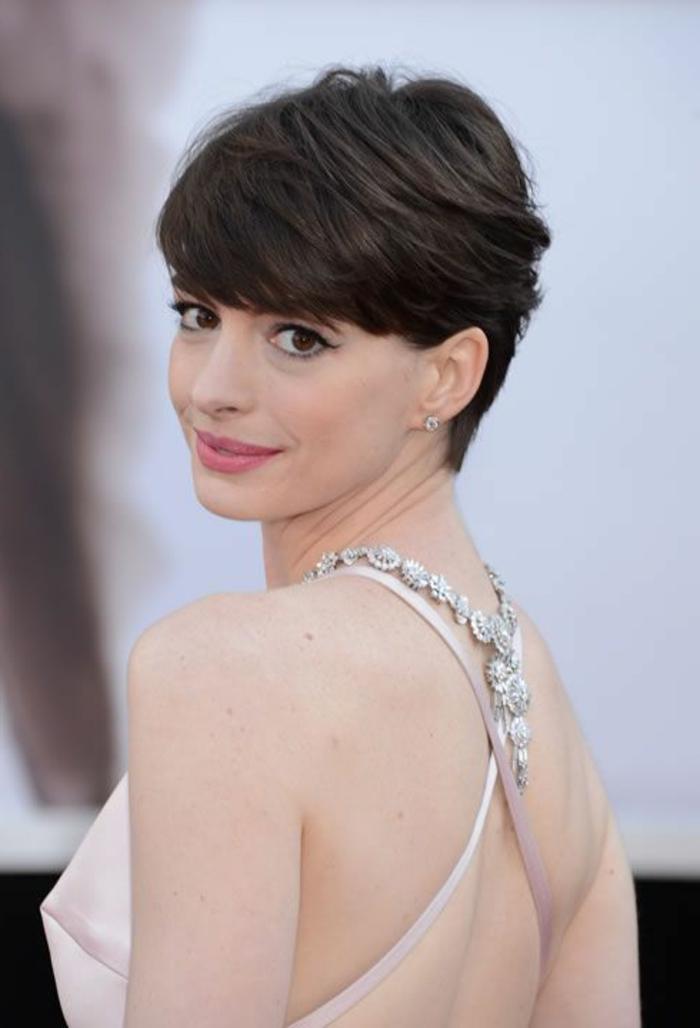 peinados-para-pelo-corto-castaño-Anne-hathaway-ojos-de-gato-vestido-bello