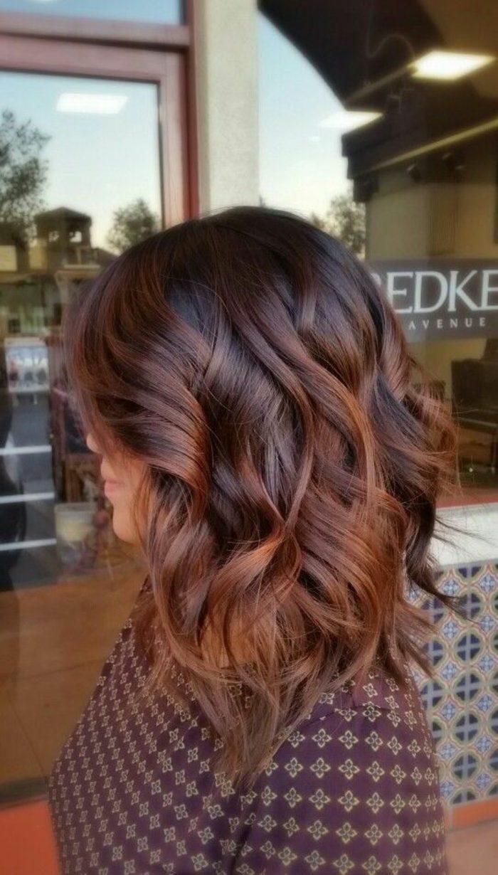 peinados-para-pelo-corto-castaño-pelo-ondulado-tonos-rojos