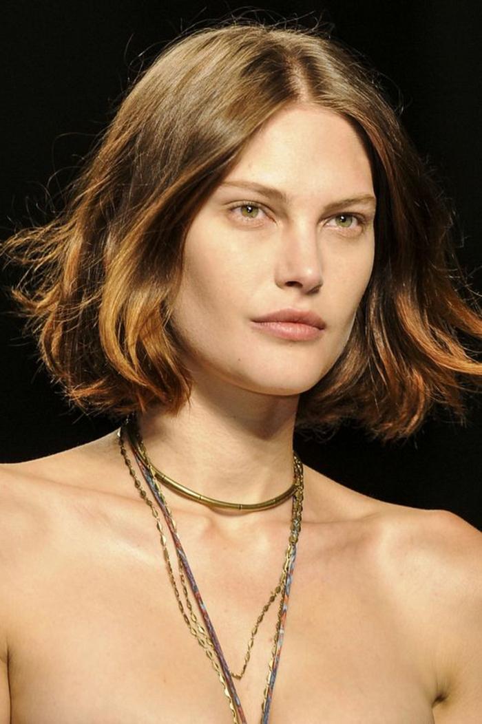 peinados-para-pelo-corto-castaño-raya-al-medio-ojos-verdes-pelo-suelto