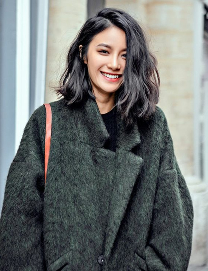peinados-para-pelo-corto-juvenil-pelo-ondulado-castaño-bella-mujer-abrigo-verde
