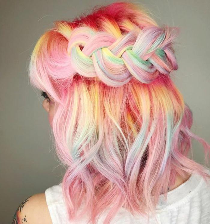 recogido-pelo-corto-colores-rosa-amarillo-azul-trenza-interesante-pelo-ondulado