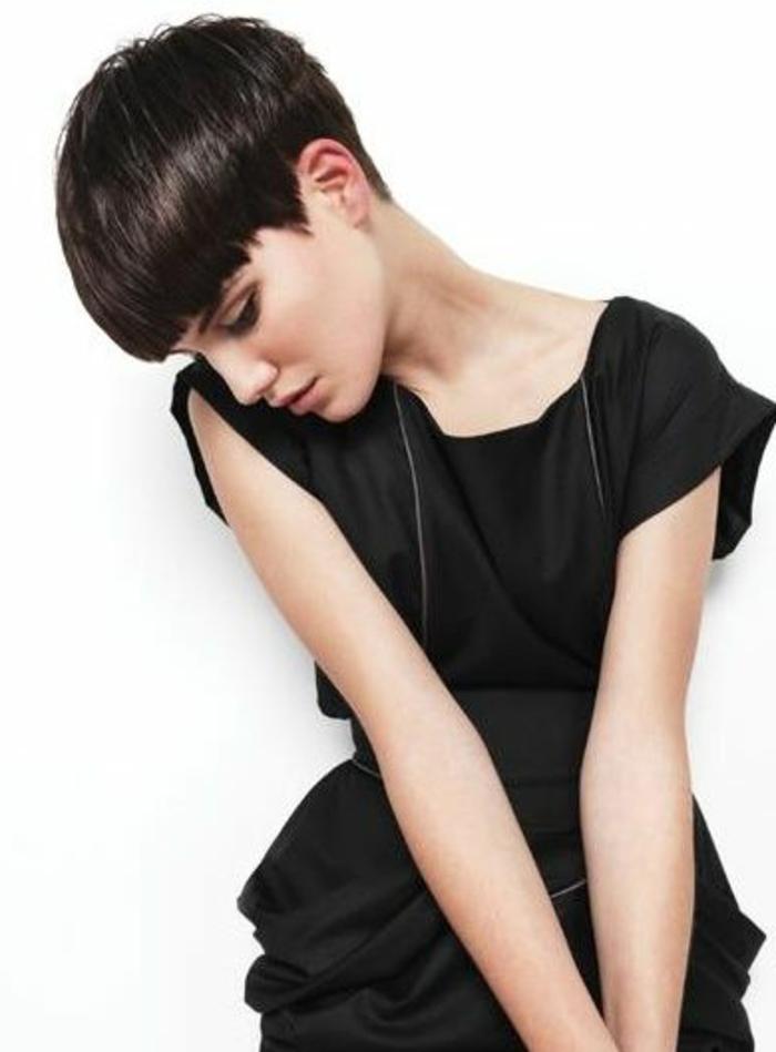 recogido-pelo-corto-mujer-bella-pelo-castaño-corte-masculino-vestido-negro