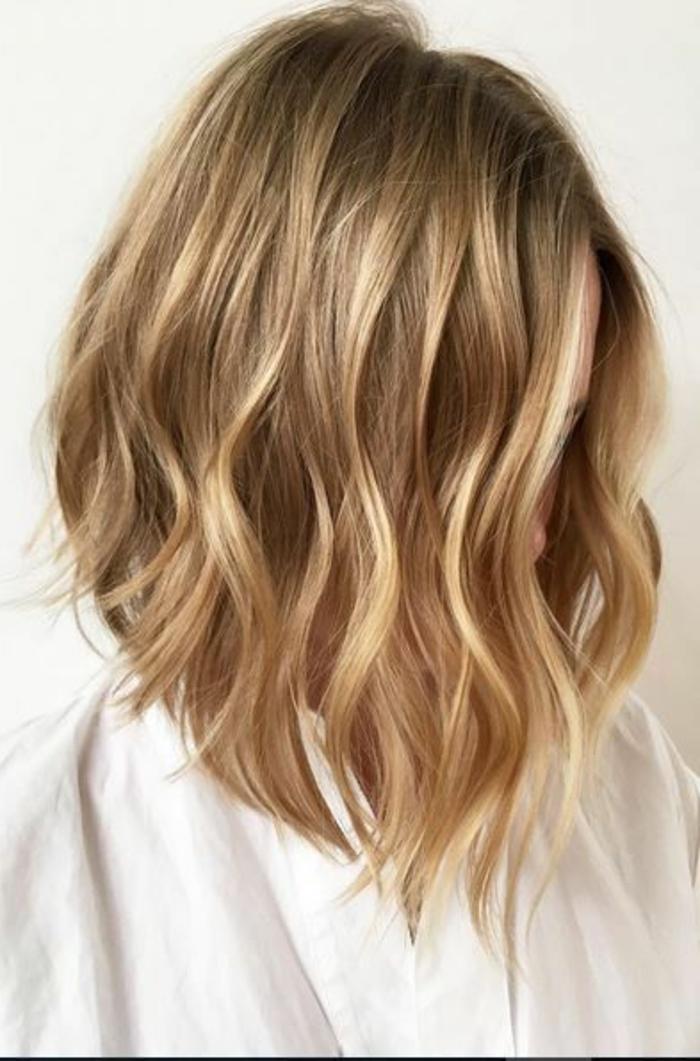 recogido-pelo-corto-rubio-natural-pelo-ondulado-mujer-pelo-suelto