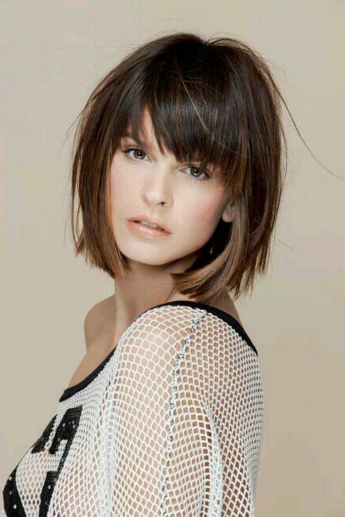 recogidos-pelo-rizado-corto-castaño-mujer-ojos-marrones-flequillo