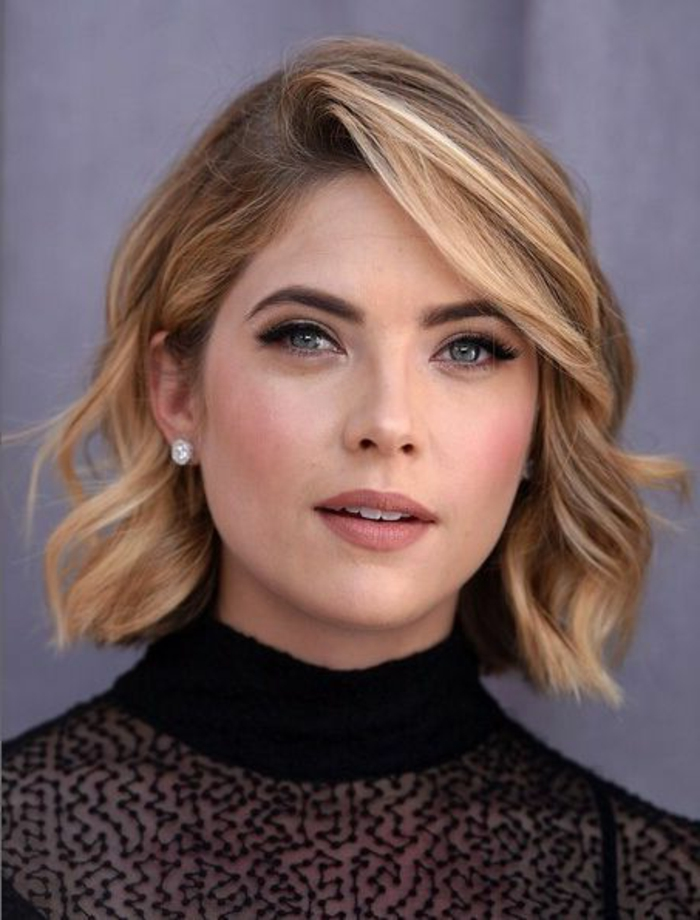 recogidos-pelo-rizado-peinado-bello-ondulado-raya-al-lado-mujer-con-ojos-azules