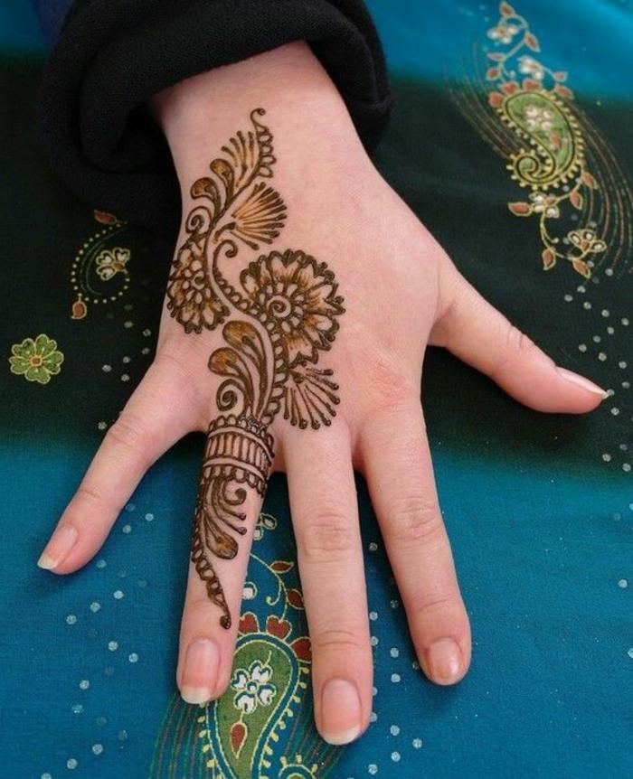 tatuaje-de-henna-en-la-mano-peqñeno-dibujo-de-flores-para-mujer