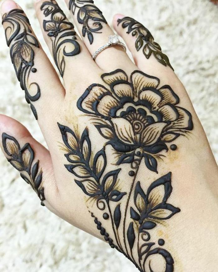 tatuaje-de-henna-para-mujer-dibujo-de-flor-en-la-mano